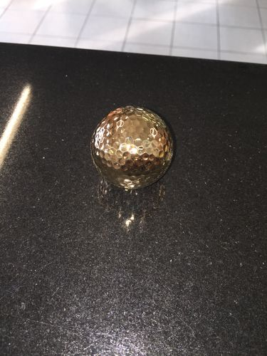 Golfball vergoldet